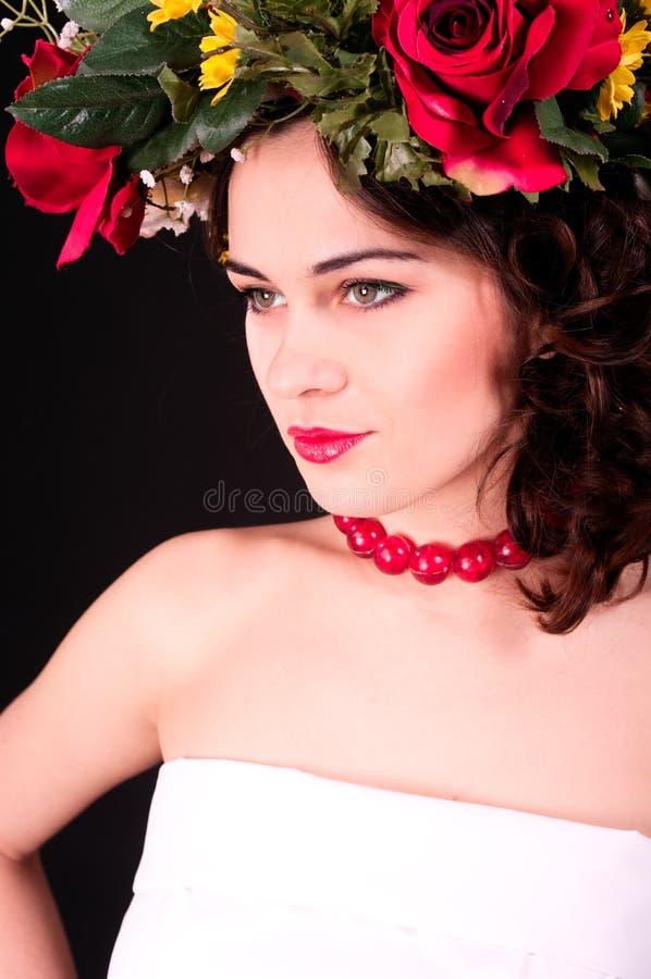 Mulher bonita no retrato da grinalda da flor, no vestido branco e em s vermelho fotos de stock royalty free