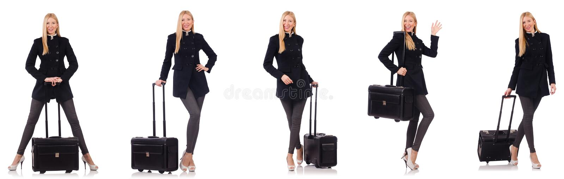 A mulher bonita no revestimento preto com mala de viagem imagem de stock