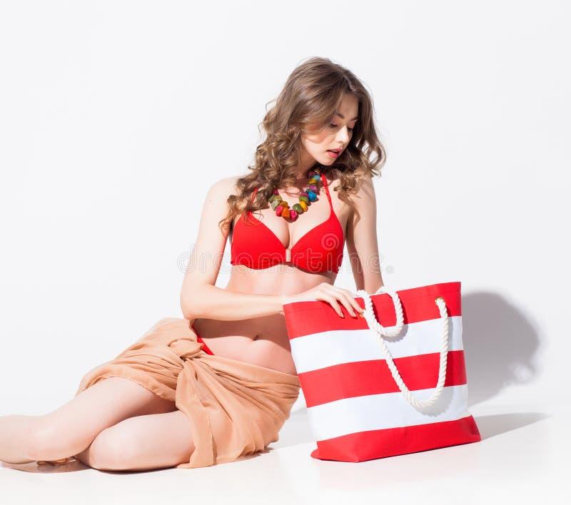 Mulher bonita no roupa de banho e pareo que levanta no estúdio imagem de stock royalty free