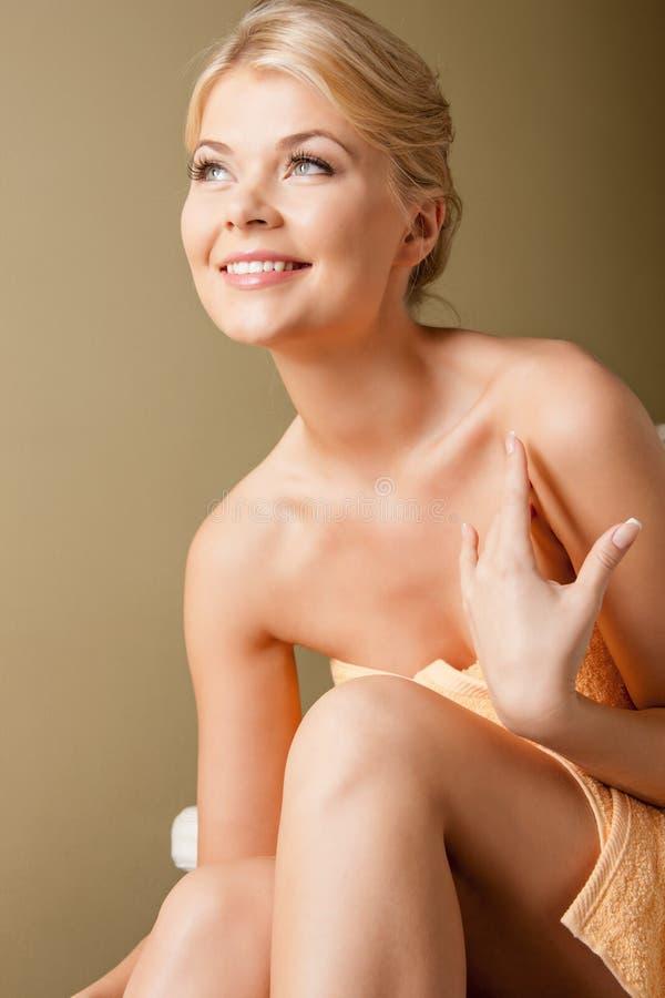 Mulher bonita no salão de beleza dos termas fotos de stock royalty free