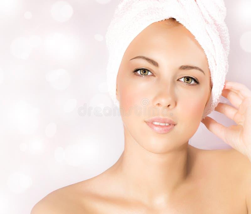 Mulher bonita no salão de beleza dos termas fotos de stock