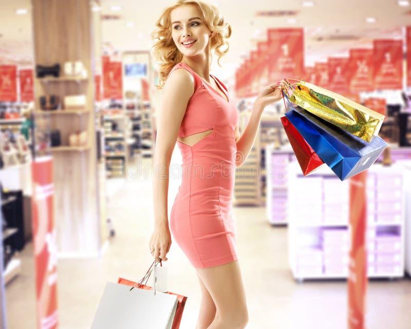 Mulher bonita no shopping imagens de stock royalty free