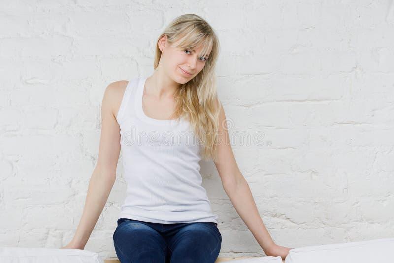 Mulher bonita no t-shirt fotografia de stock royalty free