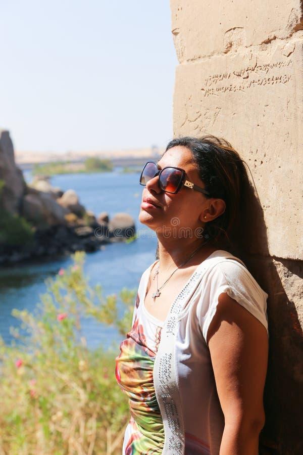 Mulher bonita no templo de Philae em Aswan imagens de stock