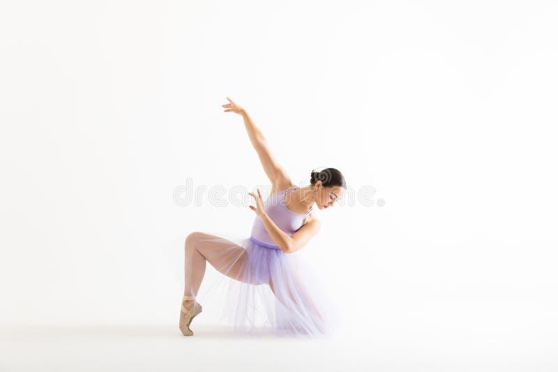 Mulher bonita no traje do bailado que pratica sobre Backgrou branco fotografia de stock royalty free
