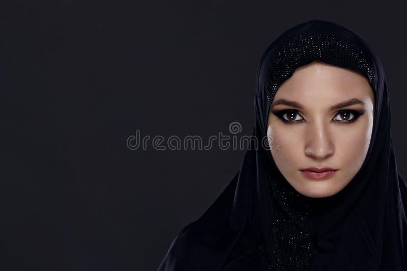 Mulher bonita no véu do Oriente Médio de Niqab fotos de stock
