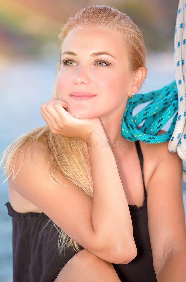 Mulher bonita no veleiro foto de stock