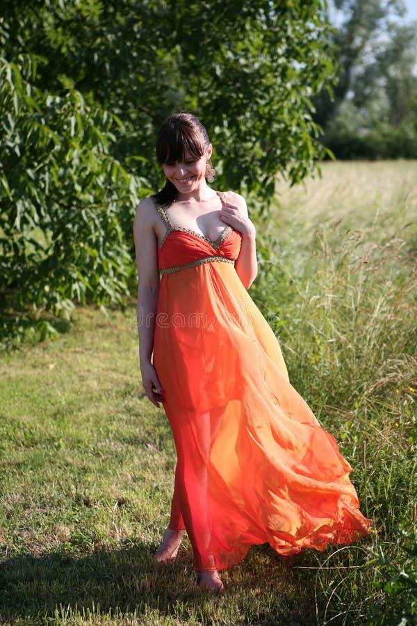 Mulher bonita no vestido alaranjado foto de stock royalty free