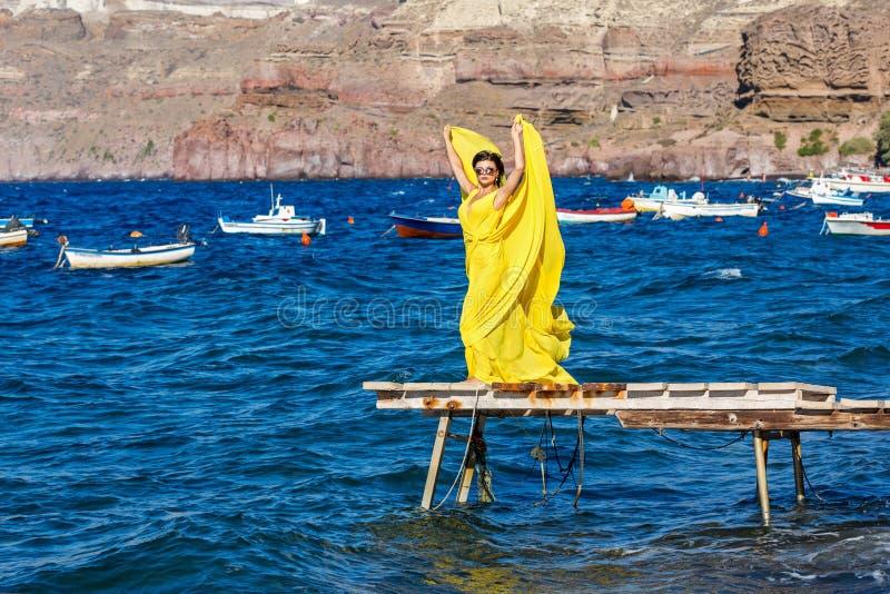 Mulher bonita no vestido amarelo fotografia de stock