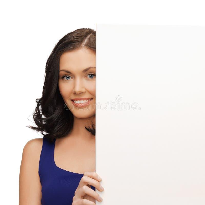 Mulher bonita no vestido azul com placa vazia fotos de stock
