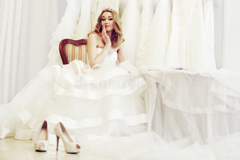 Mulher bonita no vestido branco fotografia de stock
