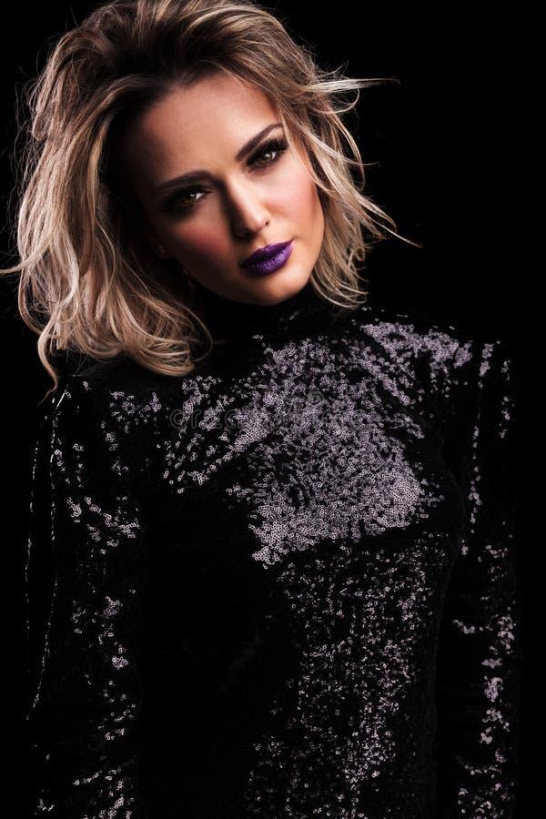 Mulher bonita no vestido brilhando preto com batom roxo imagens de stock royalty free