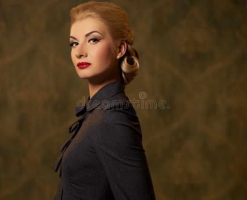 Mulher bonita no vestido cinzento com uma composição retro imagens de stock royalty free