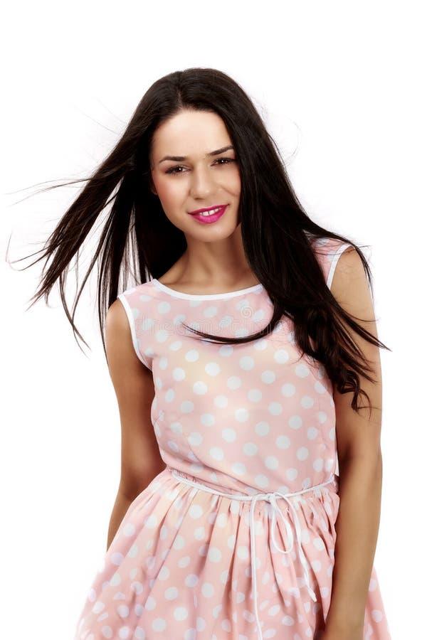 Mulher bonita no vestido cor-de-rosa no branco foto de stock