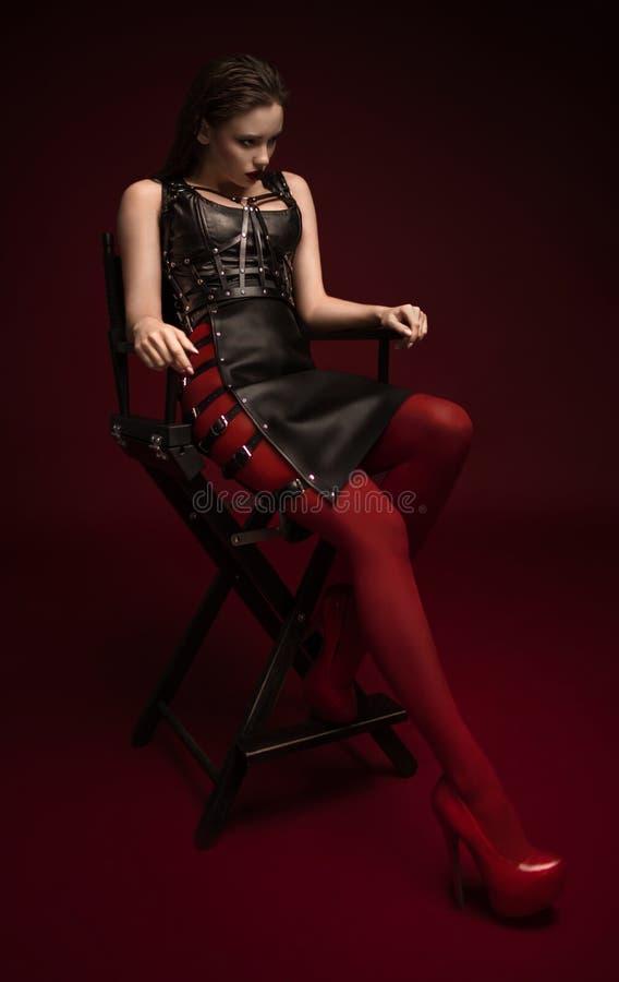 Mulher bonita no vestido de couro preto imagem de stock royalty free