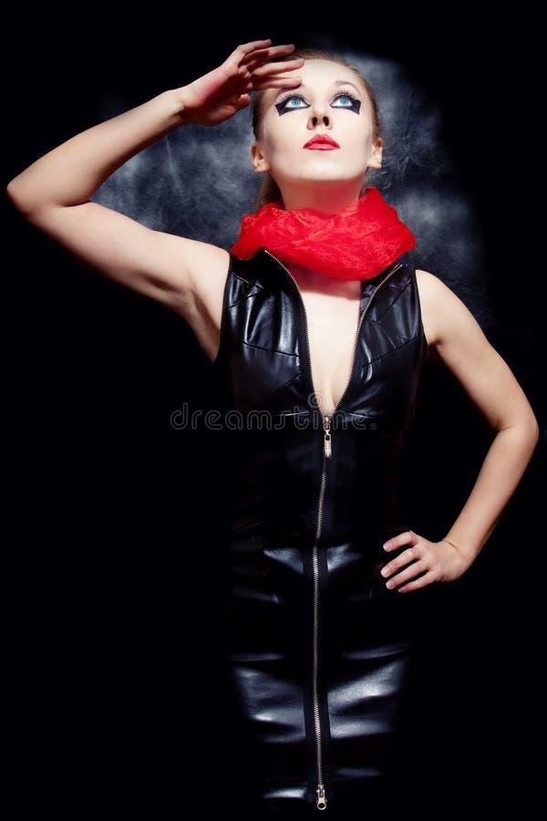 Mulher bonita no vestido de couro preto fotografia de stock