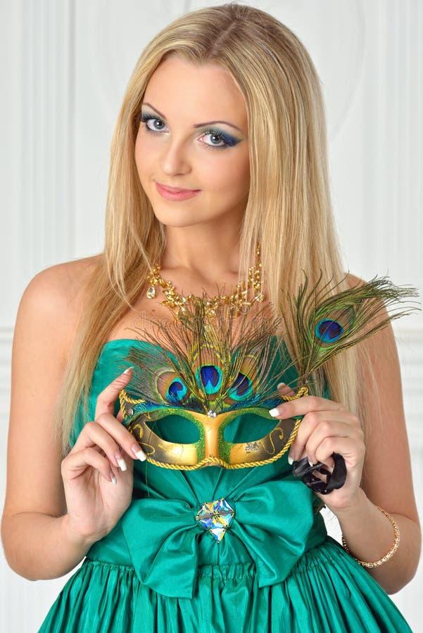 Mulher bonita no vestido de noite com máscara do carnaval. fotografia de stock royalty free