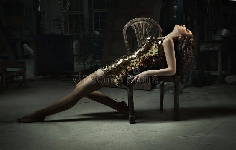 mulher bonita no vestido do ouro fotos de stock