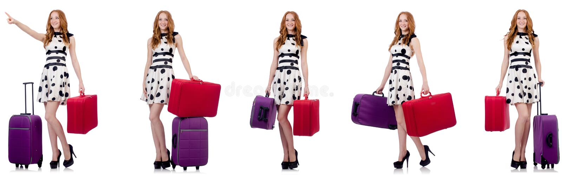 Mulher bonita no vestido do ?s bolinhas com as malas de viagem isoladas no wh imagens de stock royalty free