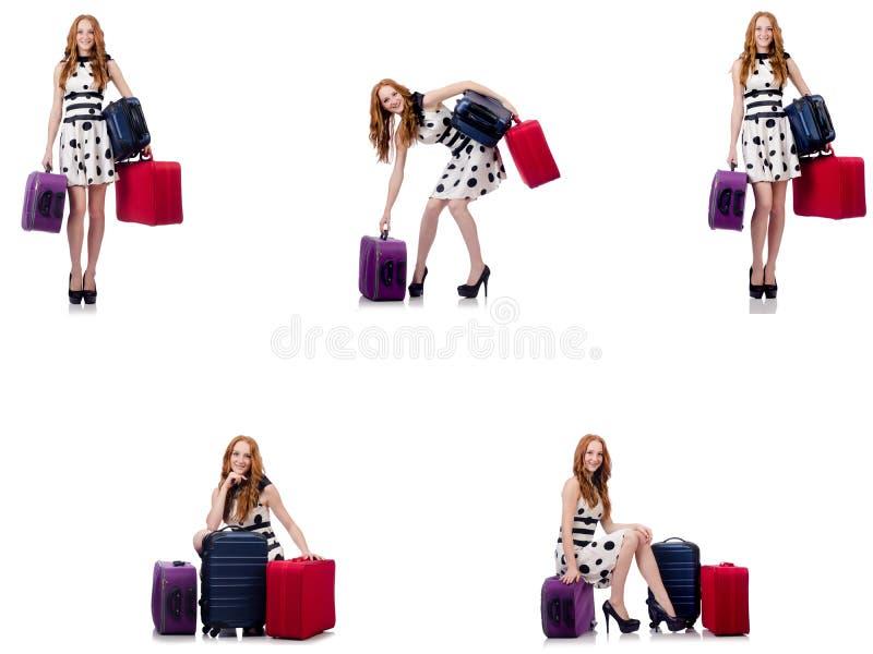 Mulher bonita no vestido do ?s bolinhas com as malas de viagem isoladas no wh imagens de stock