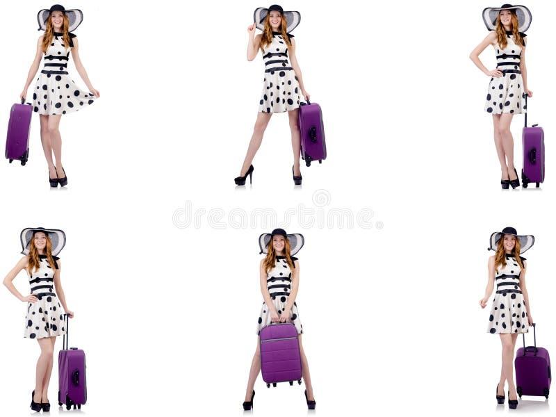 Mulher bonita no vestido do ?s bolinhas com a mala de viagem isolada no whi imagens de stock
