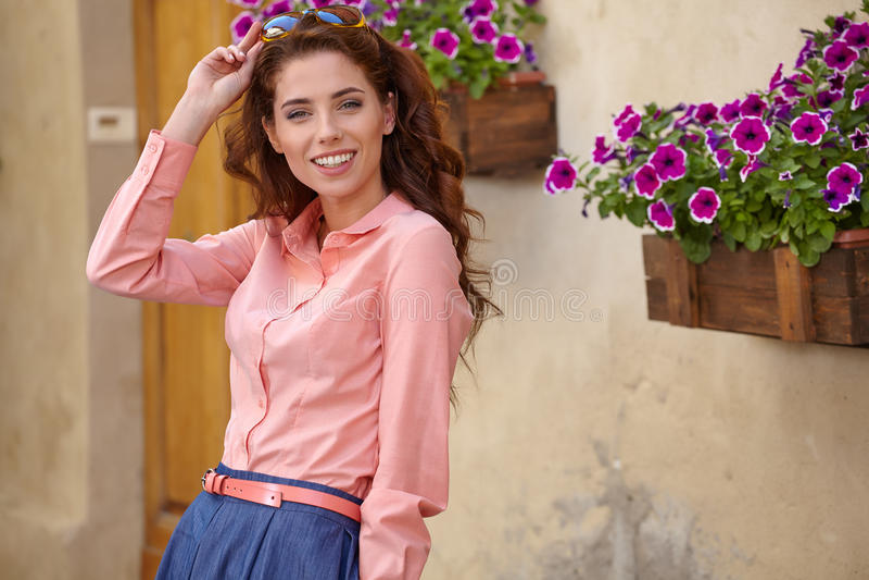 Mulher bonita no vestido do verão que anda e que corre alegre e c foto de stock