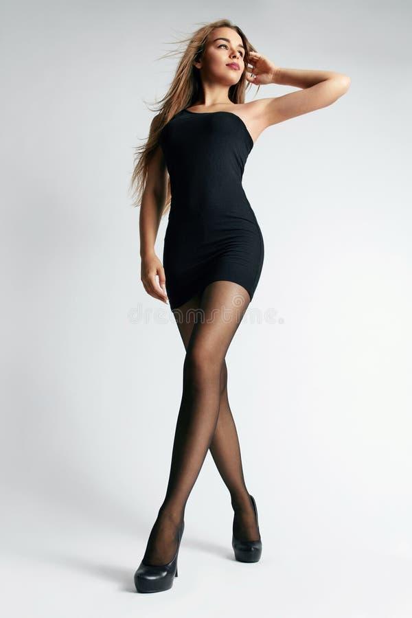 Mulher bonita no vestido e em meias pretos fotos de stock royalty free