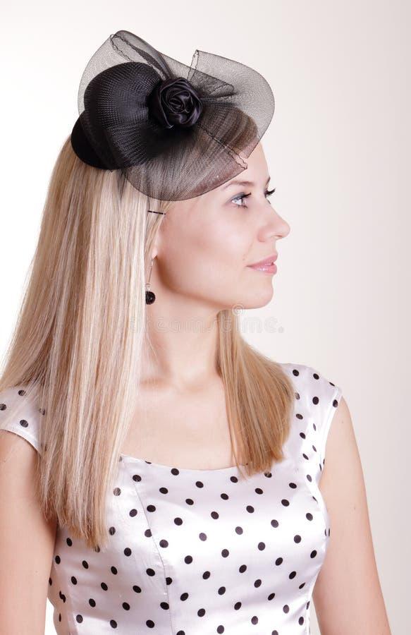 Mulher bonita no vestido e no chapéu negro brancos fotografia de stock royalty free