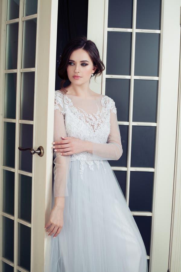 Mulher bonita no vestido elegante imagem de stock royalty free