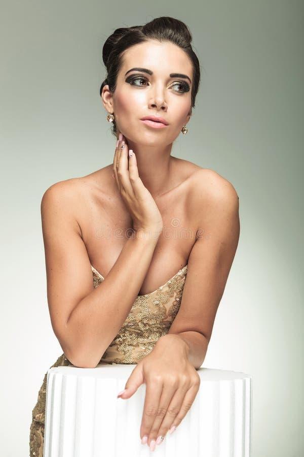 Mulher bonita no vestido elegante que guarda sua mão no pescoço fotografia de stock