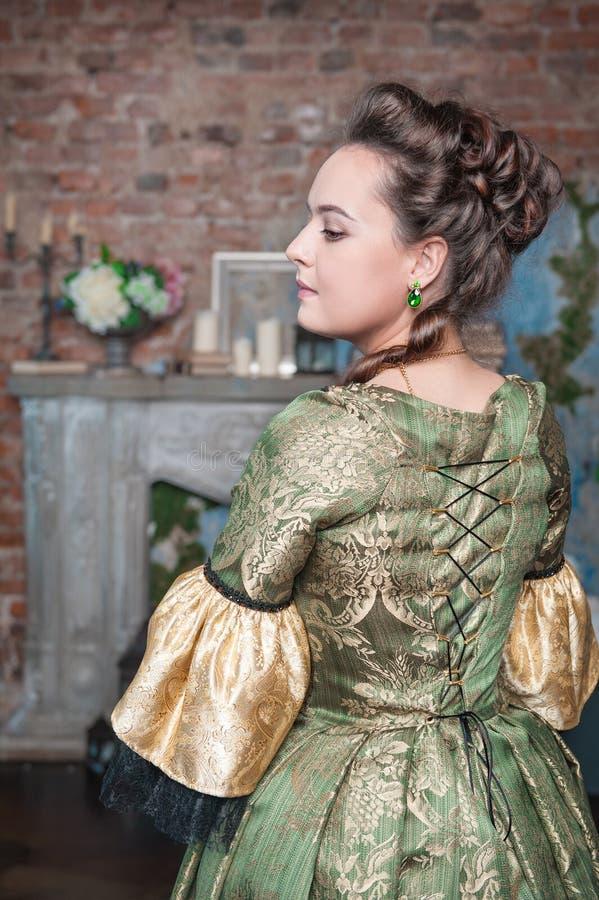 Mulher bonita no vestido medieval fotografia de stock royalty free