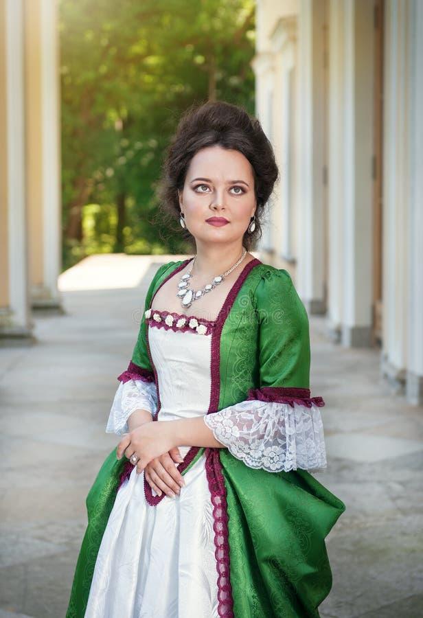 Mulher bonita no vestido medieval fotos de stock royalty free