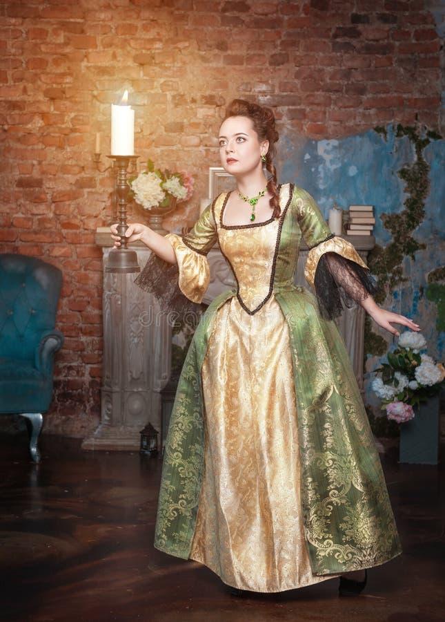 Mulher bonita no vestido medieval com vela imagem de stock