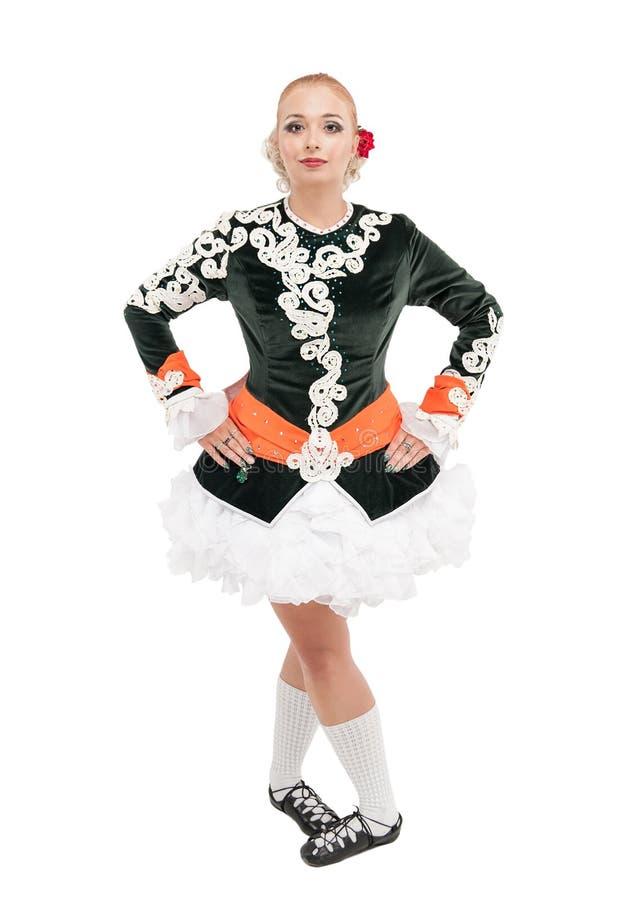 Mulher bonita no vestido para a dança irlandesa isolado fotos de stock