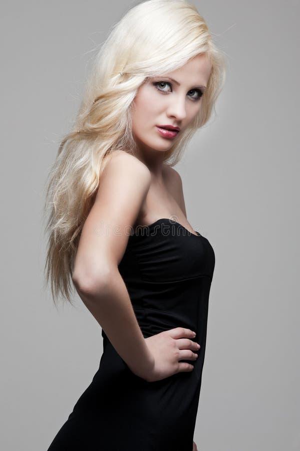 Mulher bonita no vestido preto foto de stock royalty free