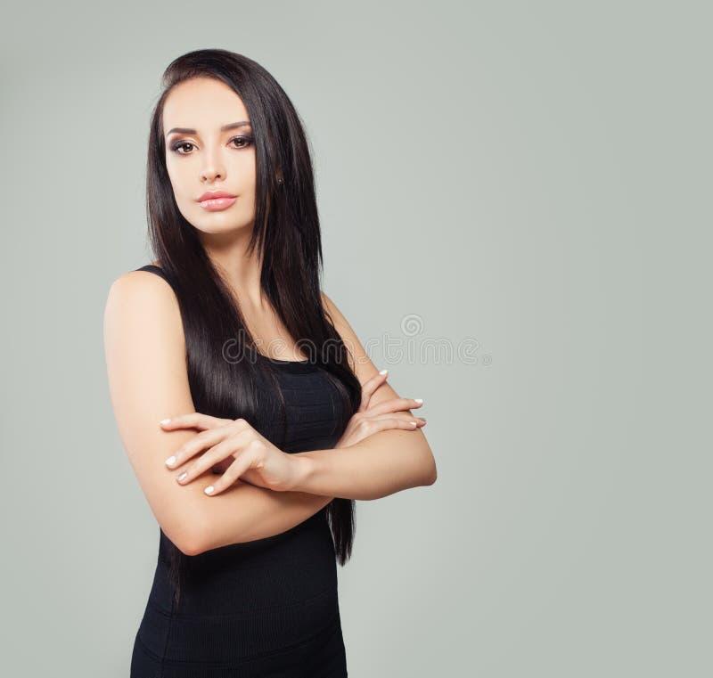 Mulher bonita no vestido preto Modelo perfeito com cabelo reto e composi? fotos de stock royalty free