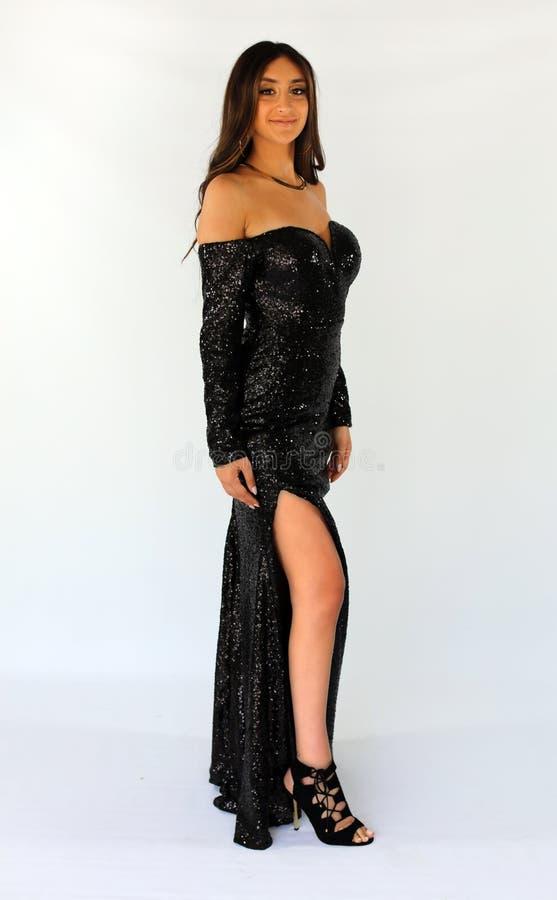 Mulher bonita no vestido traseiro do baile de finalistas, adolescente 'sexy' pronto por uma noite luxuosa Cara lindo original, so imagens de stock royalty free