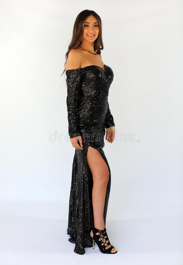 Mulher bonita no vestido traseiro do baile de finalistas, adolescente 'sexy' pronto por uma noite luxuosa Cara lindo original, so fotografia de stock royalty free