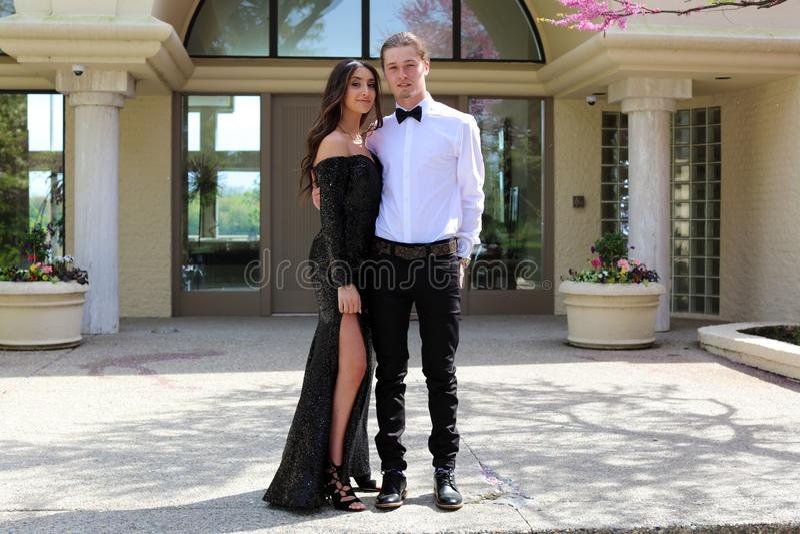 Mulher bonita no vestido traseiro do baile de finalistas e indivíduo considerável no terno, adolescente 'sexy' pronto por uma noi imagens de stock
