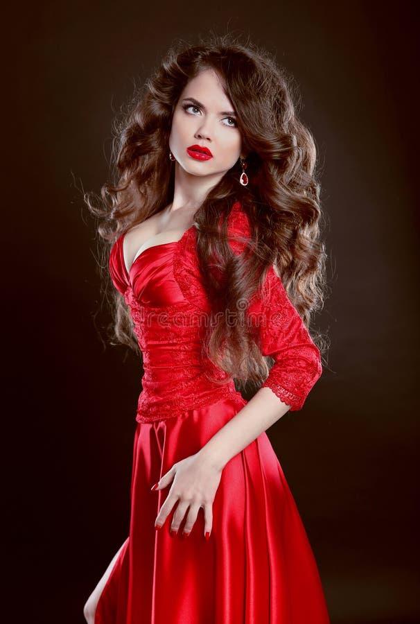 Mulher bonita no vestido vermelho Modelo atrativo da menina da forma com imagem de stock