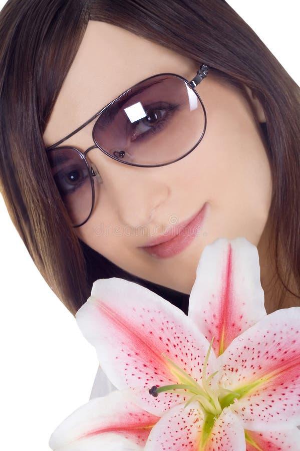 Mulher bonita nos óculos de sol com Lili imagens de stock royalty free