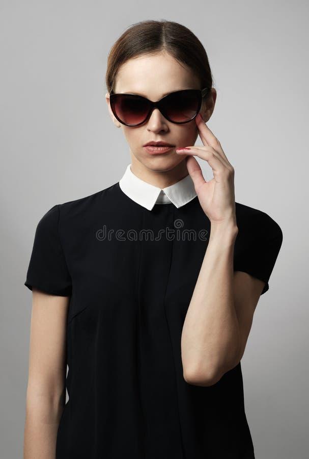 Mulher bonita nos óculos de sol fotos de stock
