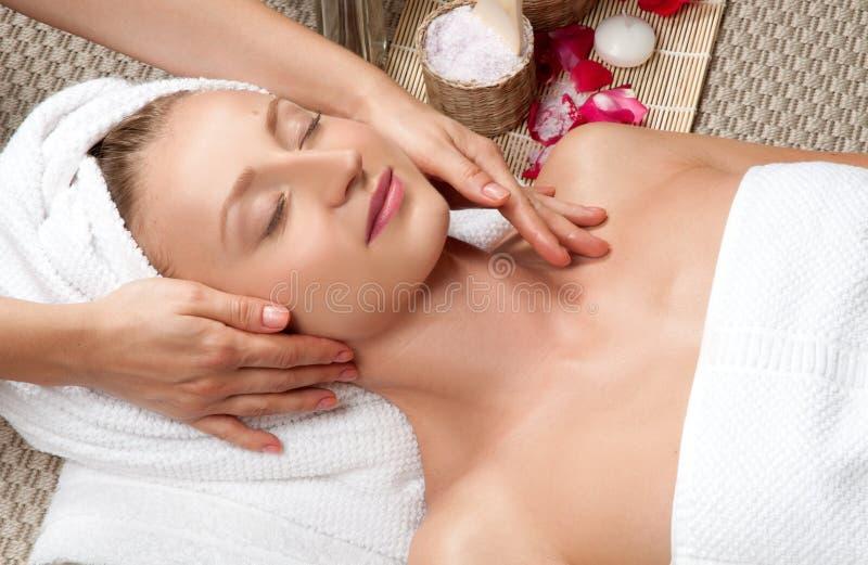 Mulher bonita nos termas, tendo uma massagem facial foto de stock