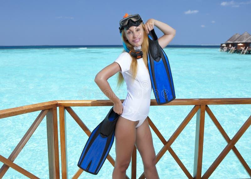 Mulher bonita nova com aletas, máscara e câmara de ar maldives imagem de stock royalty free