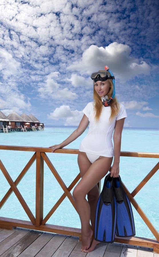 Mulher bonita nova com aletas, máscara e câmara de ar maldives fotos de stock