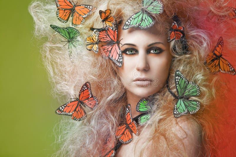 Mulher bonita nova com borboleta. fotos de stock royalty free