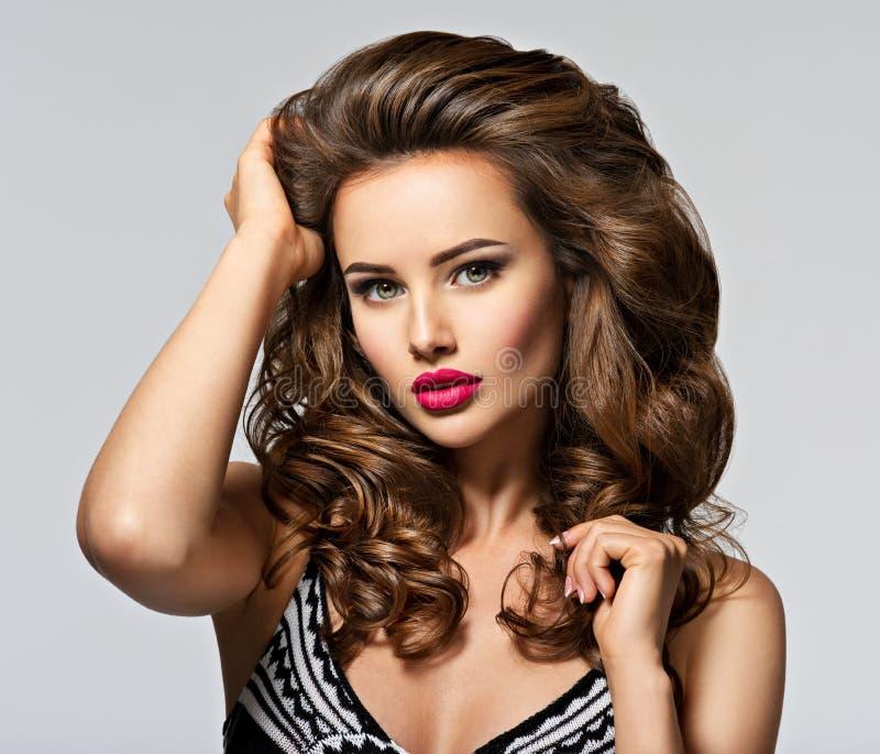 Mulher bonita nova com cabelo longo fotografia de stock