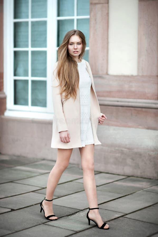 A mulher bonita nova com cabelo longo faz a caminhada de gato no stree imagens de stock
