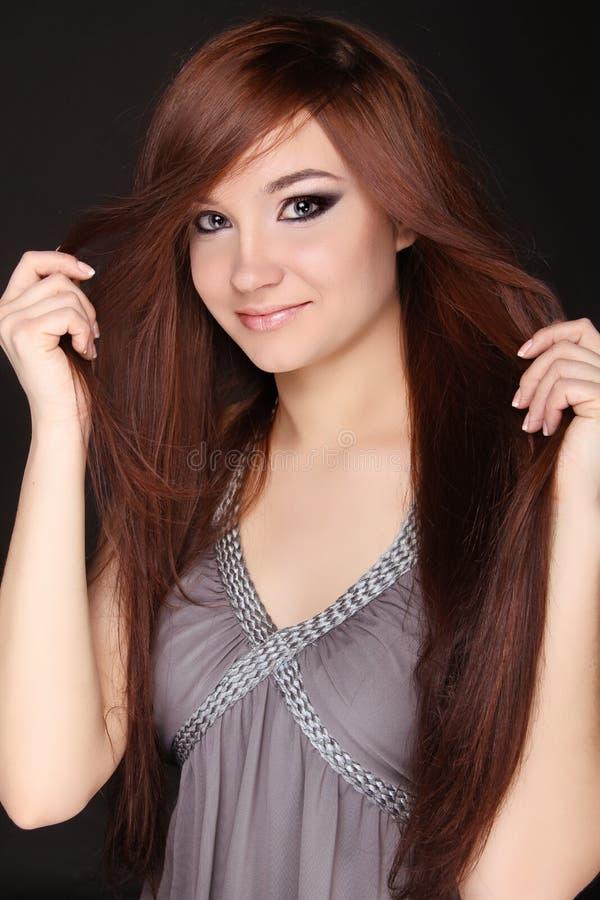 Mulher bonita nova com cabelo magnífico marrom longo.  Close up foto de stock royalty free