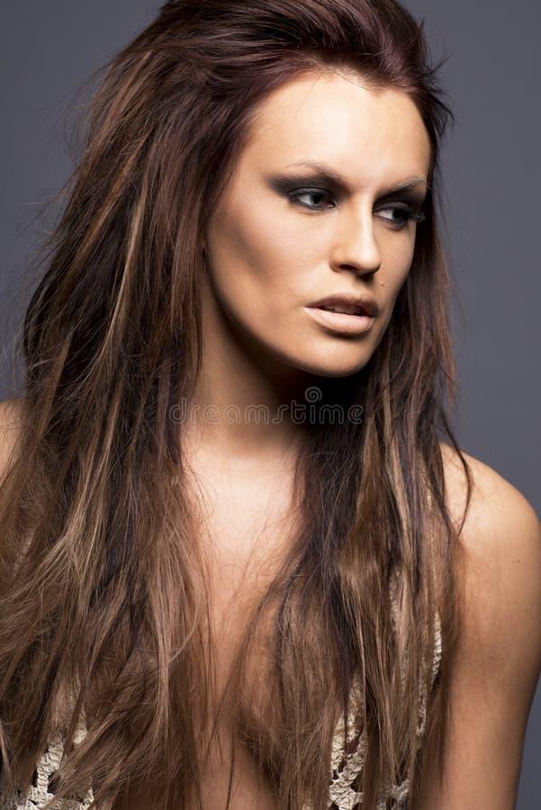 Jovem mulher com extensões do cabelo. foto de stock